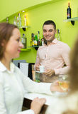 Filles flirtant avec le barman Photos libres de droits