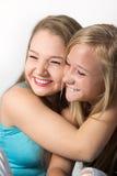 Filles gaies d'adolescent étreignant par espièglerie Images libres de droits