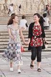 Filles gaies de pair sur une place, Xian, Chine Images libres de droits