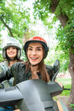 Filles gaies faisant le voyage en le vélo Images stock