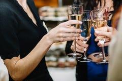 Filles gaies faisant tinter des verres de champagne à la partie Image libre de droits