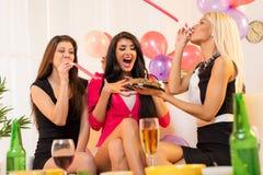 Filles gaies sur la fête d'anniversaire Images stock
