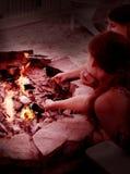 Filles grillant des guimauves Images stock