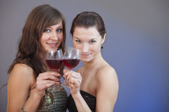 Filles grillant le vin Photo stock