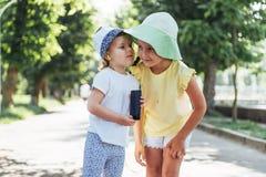 Filles heureuses avec des écouteurs pour partager la musique Photographie stock