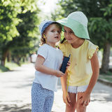 Filles heureuses avec des écouteurs pour partager la musique Photos stock