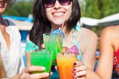 Filles heureuses avec des boissons sur la partie d'été Images libres de droits