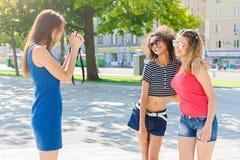 Filles heureuses avec l'appareil-photo dehors dans la ville Image libre de droits