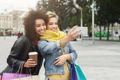 Filles heureuses avec le smartphone dehors en parc Photo libre de droits
