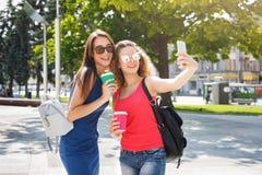 Filles heureuses avec le smartphone dehors en parc Images libres de droits