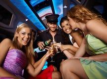 Filles heureuses ayant l'amusement dans la limousine Images libres de droits