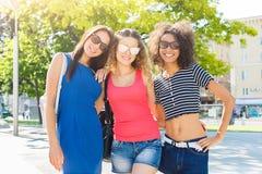 Filles heureuses ayant l'amusement tout en marchant dans la ville Photo stock