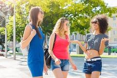 Filles heureuses ayant l'amusement tout en marchant dans la ville Photo libre de droits