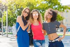 Filles heureuses ayant l'amusement tout en marchant dans la ville Image libre de droits