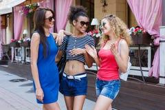 Filles heureuses ayant l'amusement tout en marchant dans la ville Image stock
