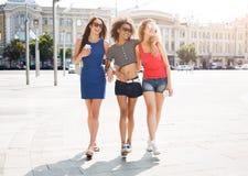 Filles heureuses ayant l'amusement tout en marchant dans la ville Images libres de droits