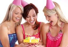 Filles heureuses ayant une fête d'anniversaire Photos stock