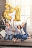Filles heureuses célébrant la fête d'anniversaire, 21 ans Photos stock