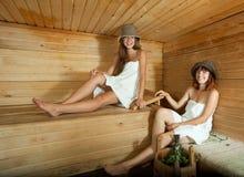 Filles heureuses dans le sauna Photos stock