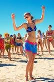 Filles heureuses dansant à la plage Image stock