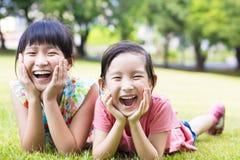 Filles heureuses de plan rapproché petites sur l'herbe Photo libre de droits