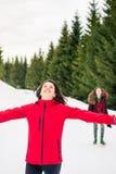 Filles heureuses en voyage de hausse sur la montagne neigeuse Photo stock