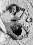 Filles heureuses Les écolières dans des pyjamas roses se vautrent sur les oreillers colorés, vue supérieure Images libres de droits