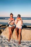 Filles heureuses mangeant la pastèque sur la plage Amitié, happines Photo libre de droits