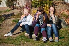 Filles heureuses mangeant une crême glacée Photographie stock libre de droits