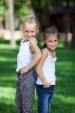 Filles heureuses merveilleuses se tenant sur la pelouse Image libre de droits