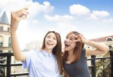 Filles heureuses prenant le concept de selfie et de voyage image stock