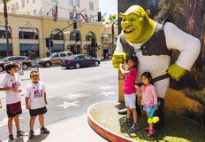 Filles heureuses près de Shrek Photographie stock libre de droits