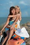 Filles heureuses sur la plage Photo stock