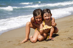 Filles heureuses sur la plage Photo libre de droits