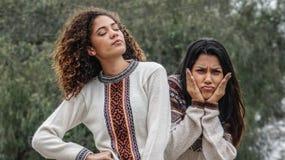 Filles hispaniques de l'adolescence confuses photographie stock