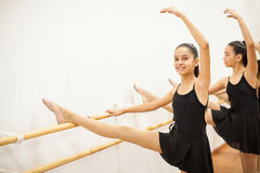 Filles hispaniques heureuses dans une classe de danse Image libre de droits