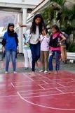 Filles indonésiennes jouant le jeu de marelle Photographie stock libre de droits