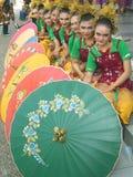 Filles indonésiennes traditionnellement habillées avec des parasols Photos stock