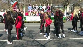 Filles irlandaises dansant le jour du ` s de St Patrick banque de vidéos