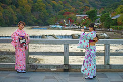 Filles japonaises prenant la photo au pont de Togetsukyo Photographie stock