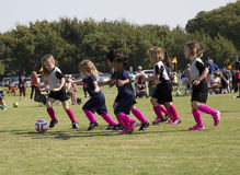 Filles jouant au football Images libres de droits