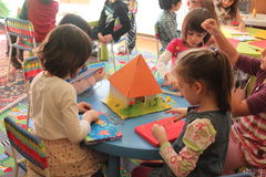 Filles jouant dans le jardin d'enfants Photos stock