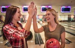 Filles jouant le bowling Photographie stock libre de droits