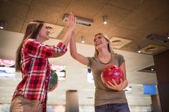 Filles jouant le bowling Photo stock