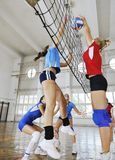 Filles jouant le jeu d'intérieur de volleyball Photo libre de droits