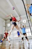 Filles jouant le jeu d'intérieur de volleyball Image stock
