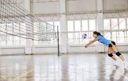 Filles jouant le jeu d'intérieur de volleyball Photographie stock