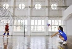 Filles jouant le jeu d'intérieur de volleyball Photographie stock libre de droits
