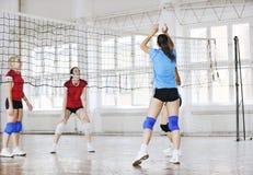 Filles jouant le jeu d'intérieur de volleyball Images stock