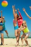 Filles joyeuses jouant au volleyball Photographie stock libre de droits